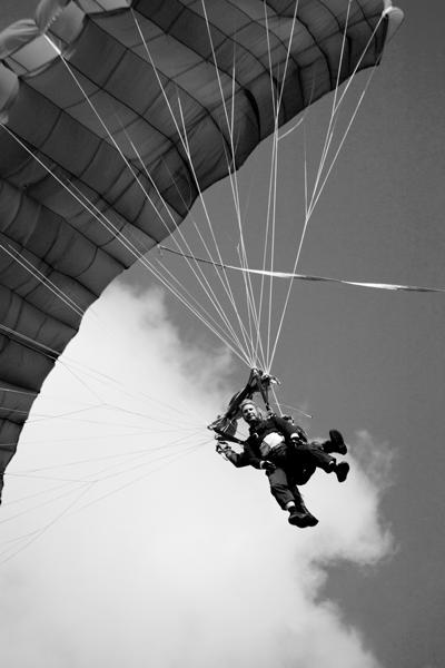 portrait d'un parachutiste avant son atterrissage