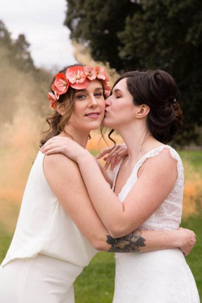 la mariée embrassant sa femme sur la joue