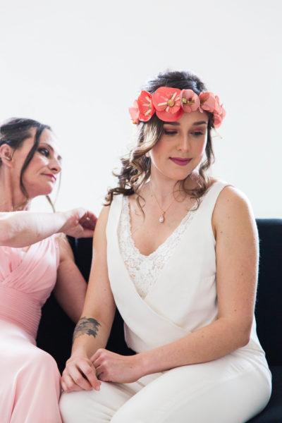 préparatifs de la mariée avec sa maman