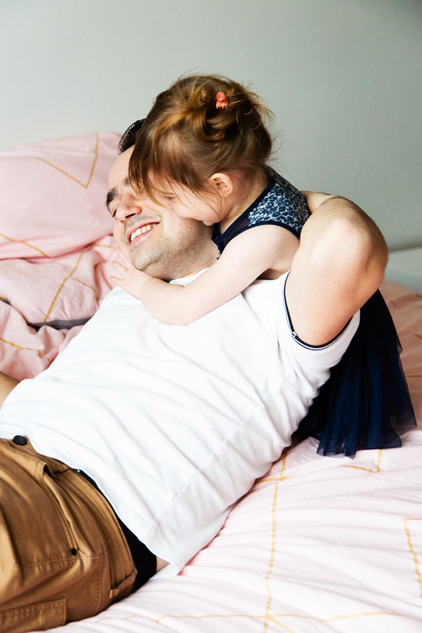 photo d'un câlin entre un père et sa fille
